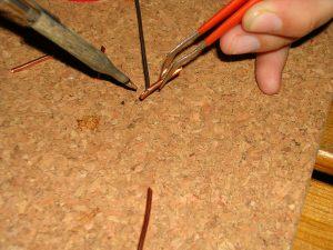 Nach dem Verzinnen soll der Draht möglichst ganz vom Lötzinn bedeckt sein.