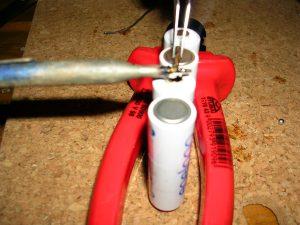 Den Draht einfach mit der Pinzette festhalten und mit dem Pol des Akkus verlöten.