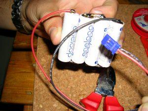 Hier ist das Anschlusskabel schon angelötet (- schwarz, + rot)