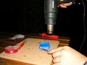Bitte beim Aufschrumpfen immer eine feuerfeste Unterlage verwenden.