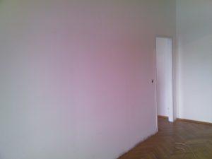 Diese Trockenbau-Wand teilt das Wohnzimmer und soll nun abgetragen werden.