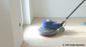 Beim Feinschliff sollte ein Schleifgitter mit einer Körnung von 150 bis 180 verwendet haben.